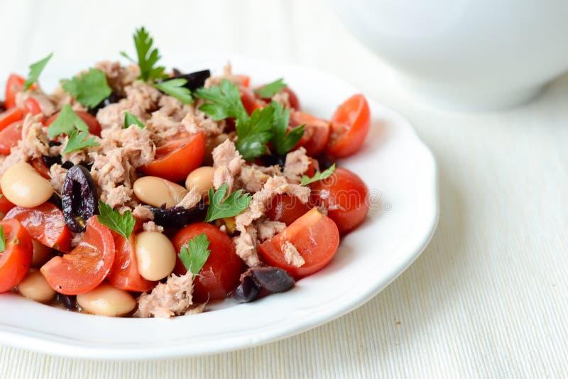 Grönsaksallad med tonfisk arkivbild