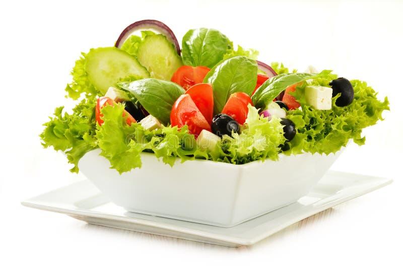 Grönsaksalladbunke på white royaltyfri foto