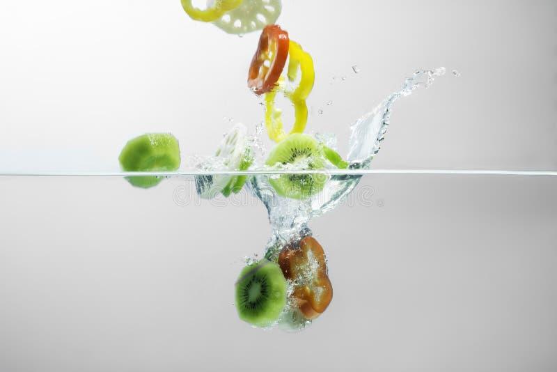 Grönsaksalladfärgstänk på vit bakgrund arkivfoto