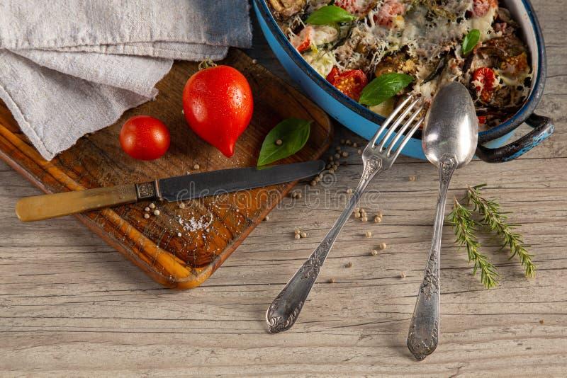 Grönsaksgratin i en rätt royaltyfri fotografi
