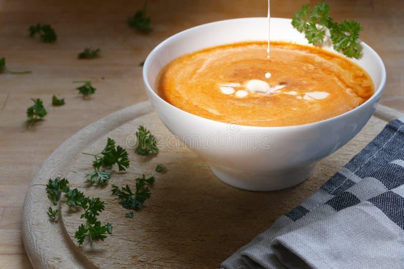 Grönsaksoppa med plaskar lite kräm arkivbild