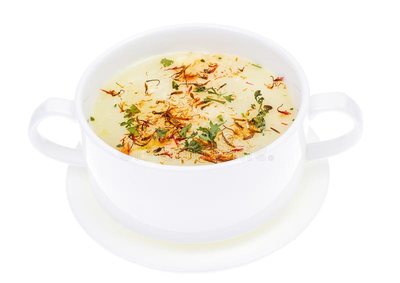 Grönsaksoppa med saffran i den vita bunken arkivbilder