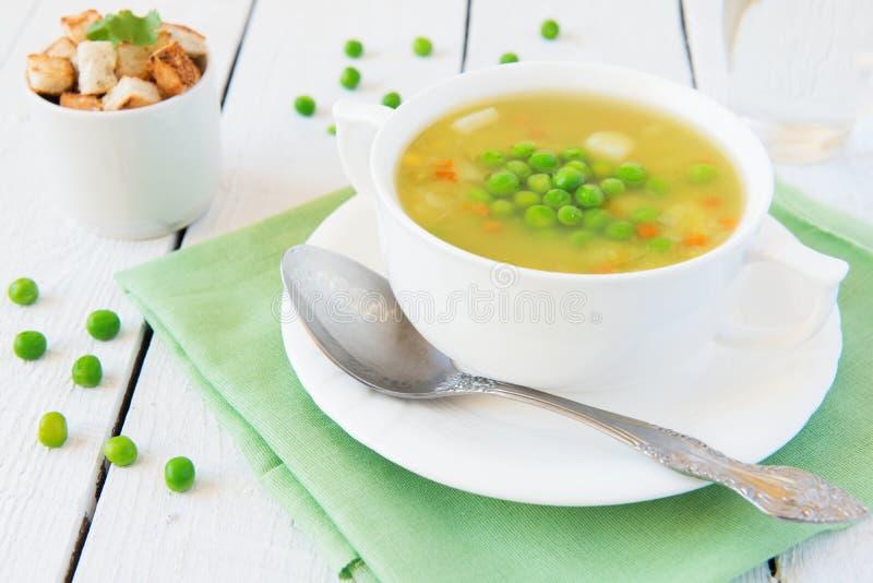 Grönsaksoup med gröna ärtor royaltyfri bild