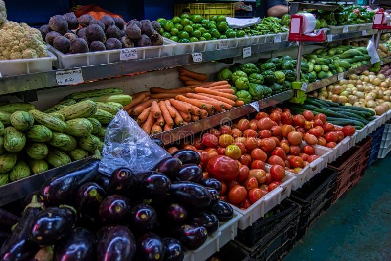 Grönsakställning med variation av grönsaker i populär kommunal marknad i Brasilien royaltyfria foton