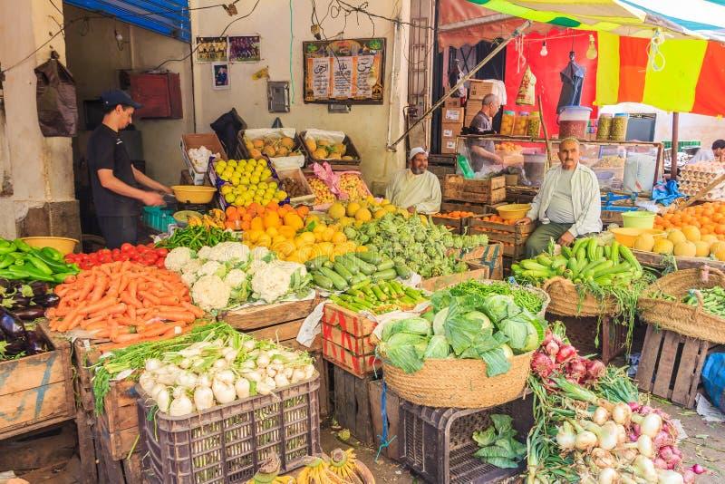 Grönsakställning på den marockanska souken arkivfoton