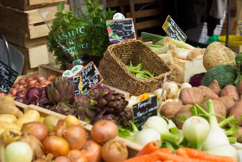 Grönsakställning på en marknadsplats i Aix-en-provence, Frankrike royaltyfri bild