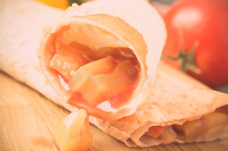 Grönsakstoppning i tortilla royaltyfria foton