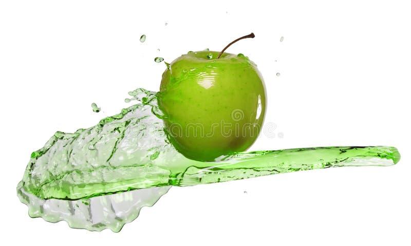 Grönt äpple i fruktsaftström arkivfoton