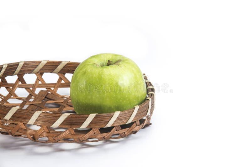 Grönt äpple i korgen royaltyfri bild
