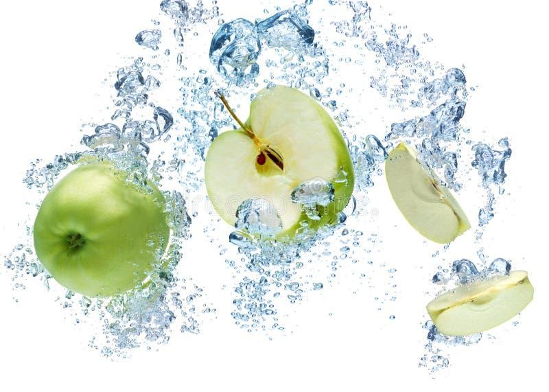 Grönt äpple i vatten fotografering för bildbyråer