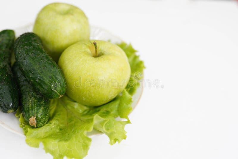 Grönt äpple och gurka på vit bakgrund, kopieringsutrymme sund livsstil som bantar royaltyfri foto
