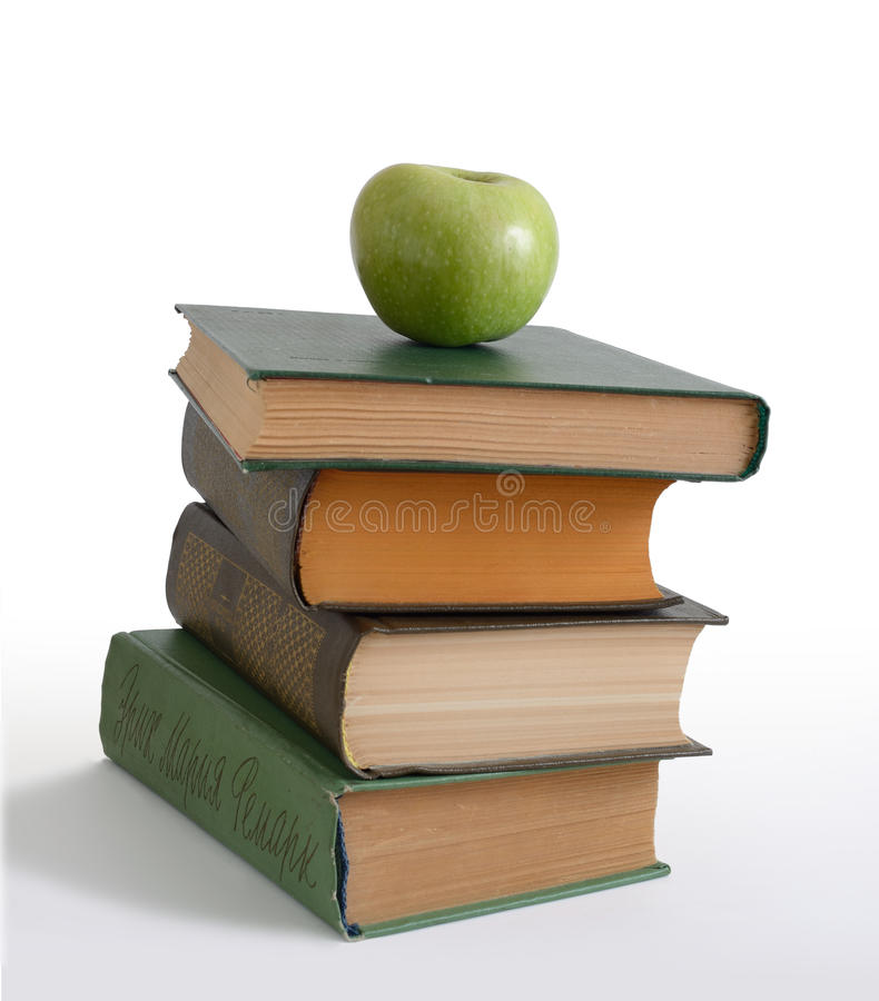 Grönt äpple på böcker royaltyfria bilder