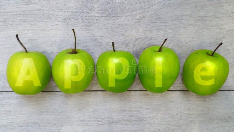 Grönt äpple på den gamla träbakgrunden, bästa sikt fotografering för bildbyråer
