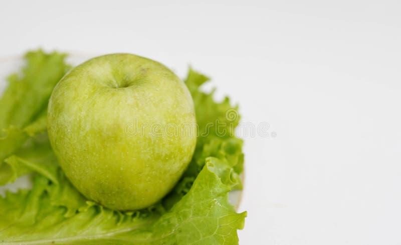 Grönt äpple på vit bakgrund, kopieringsutrymme Sund livsstil royaltyfria bilder