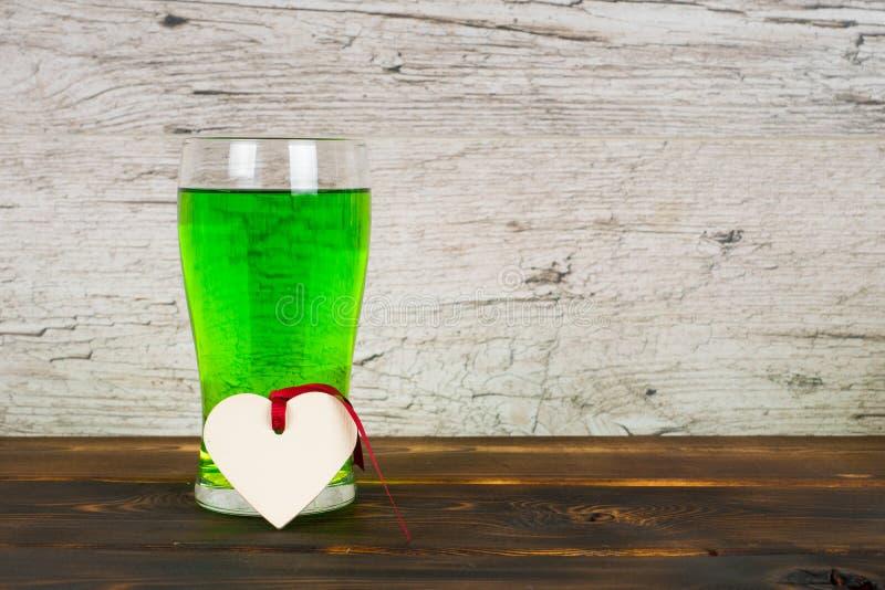 Grönt öl i exponeringsglas royaltyfri foto