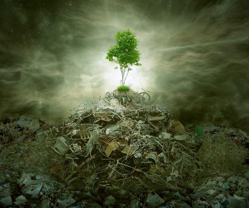 Grönt begrepp som berghög för träd överst av avskräde royaltyfria foton