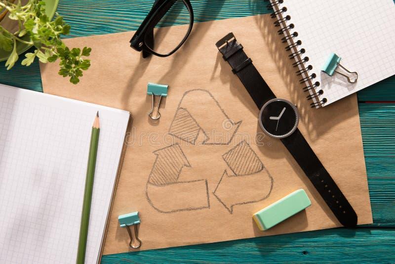 Grönt energibegrepp - notepaden med skissar på skrivbordet royaltyfria foton