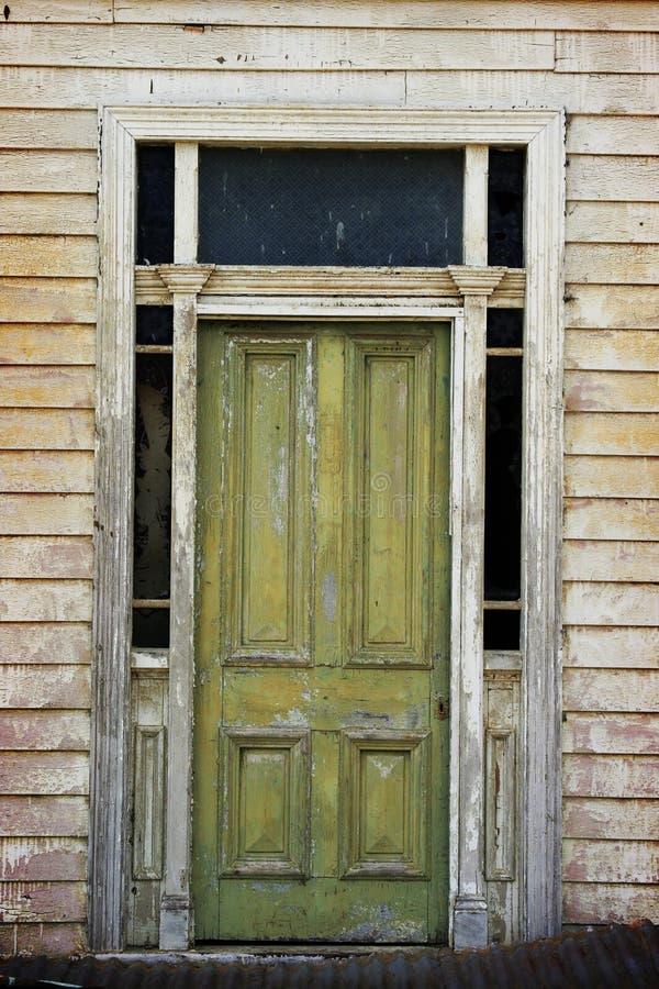 grönt gammalt för dörr arkivfoto