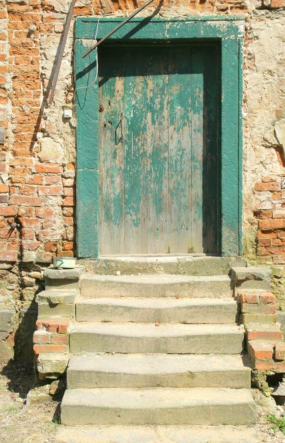 grönt gammalt för dörr royaltyfri bild