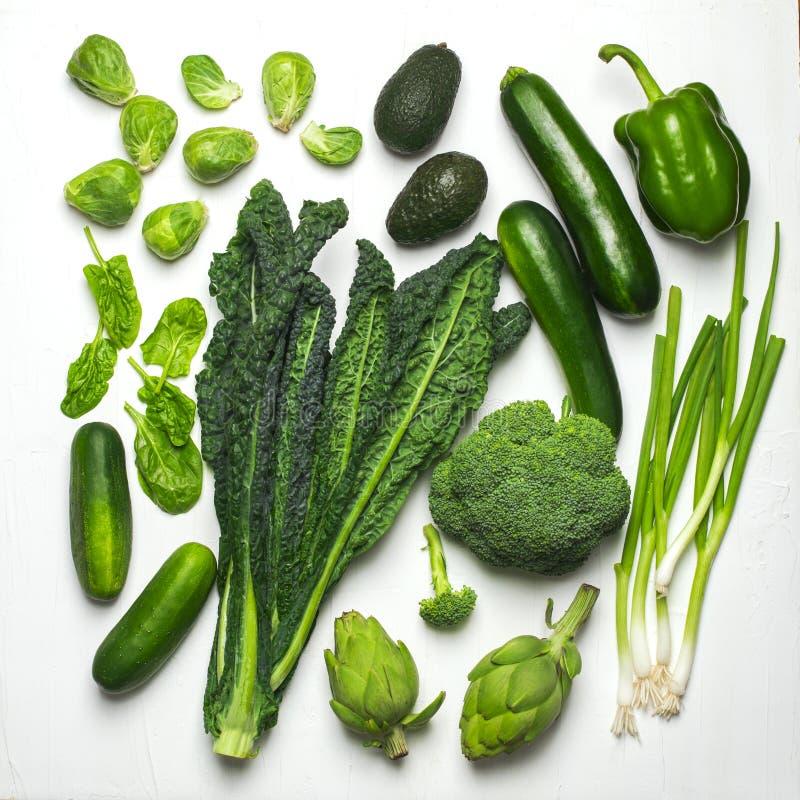 Grönt grönsak- och örtsortiment på en vit bakgrund royaltyfri foto
