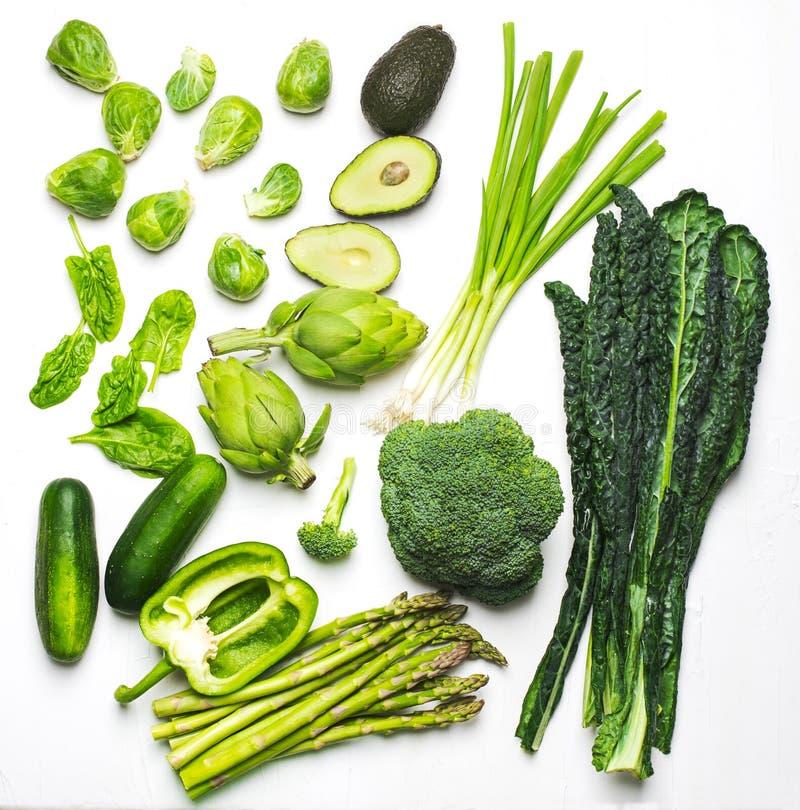 Grönt grönsak- och örtsortiment på en vit bakgrund arkivbilder