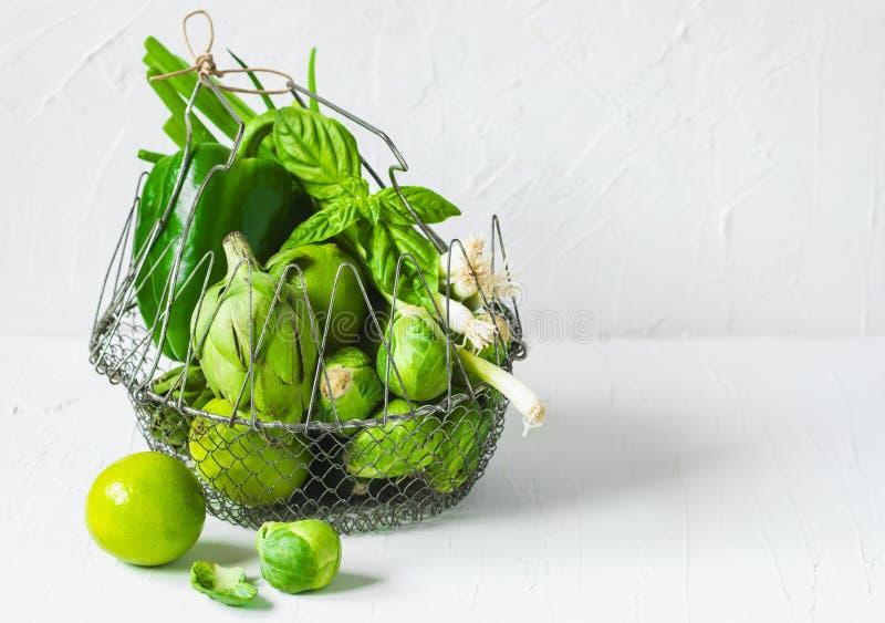 Grönt grönsaksortiment i korg royaltyfri bild