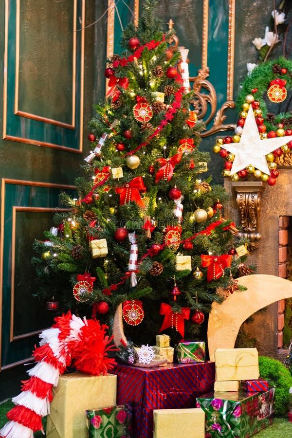 Grönt granträd för jul som dekoreras med leksaker och gåvor arkivfoto