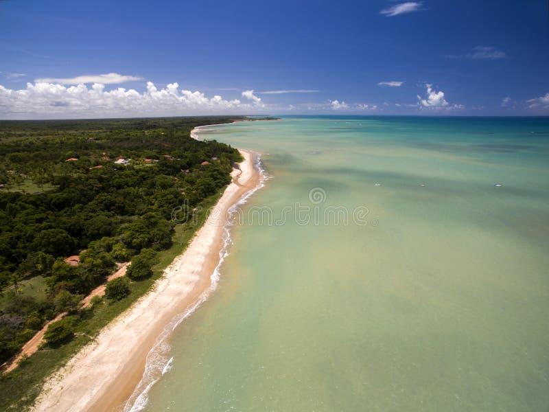 Grönt hav för flyg- sikt på en brasiliansk strandkust på en solig dag i Cumuruxatiba, Bahia, Brasilien Februari 2017 arkivfoton