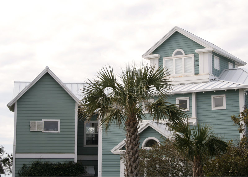 grönt hus för strand arkivbild