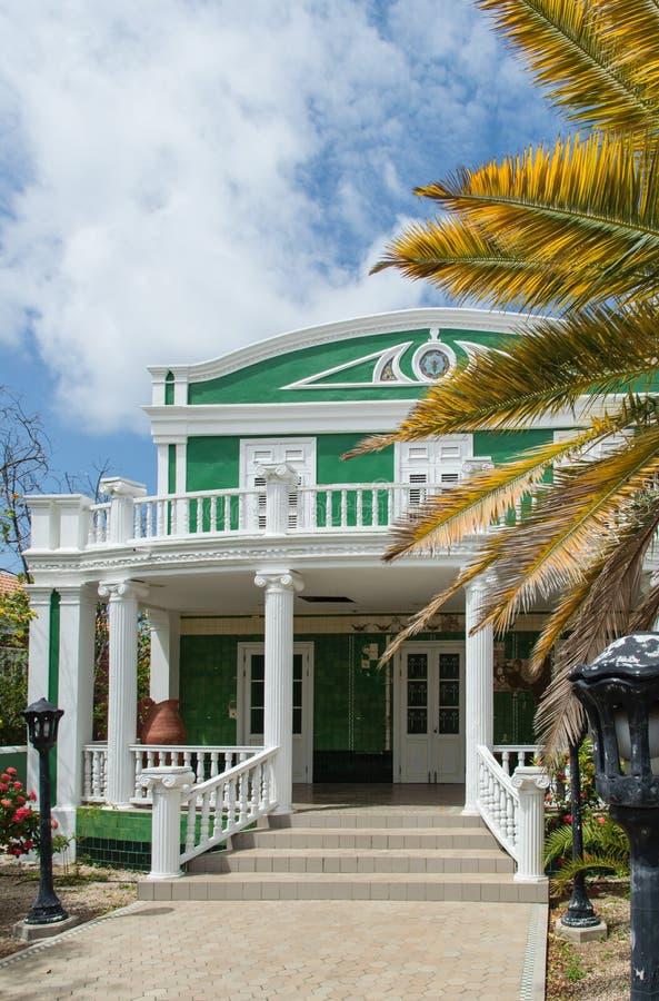 Grönt kolonialt hus royaltyfria bilder