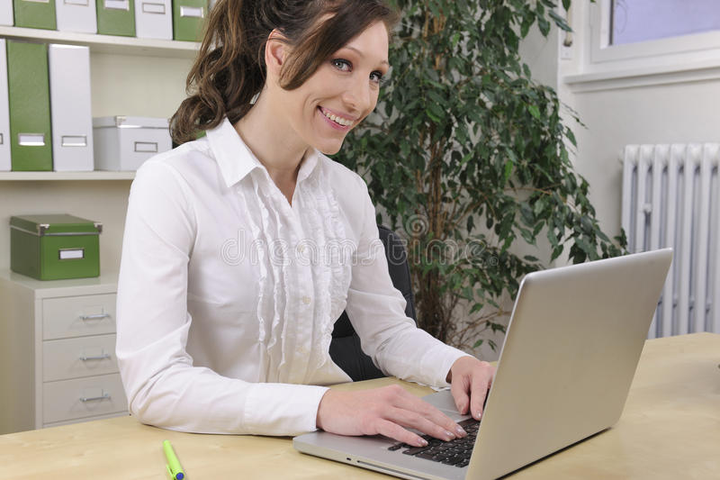 Grönt kontor: affärskvinnaworking royaltyfria foton