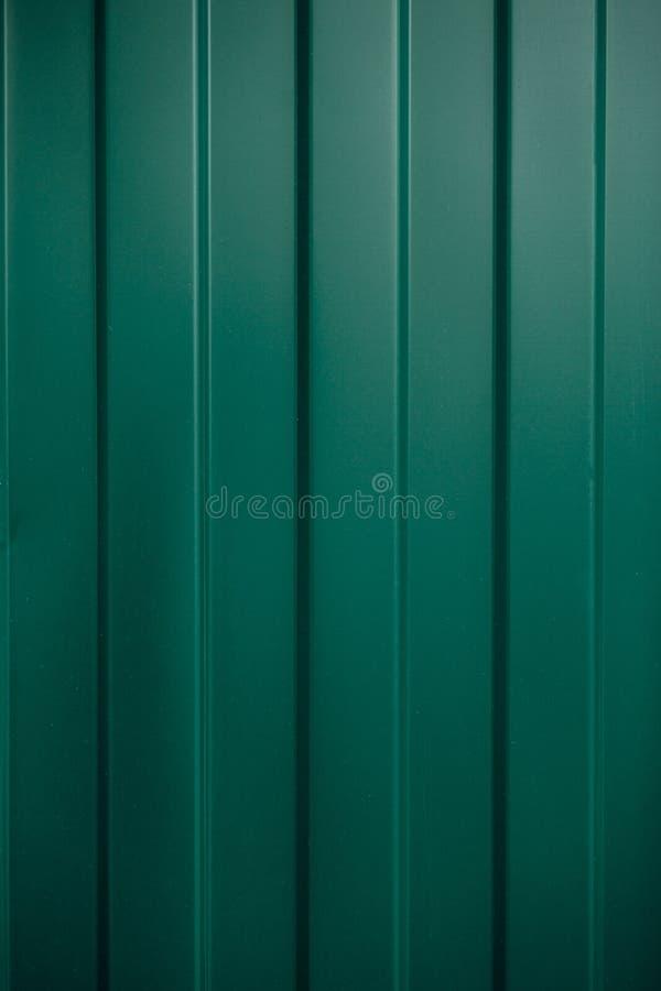 Grönt korrugerat järn för textur av aluminium på ett fasadark, te royaltyfri fotografi