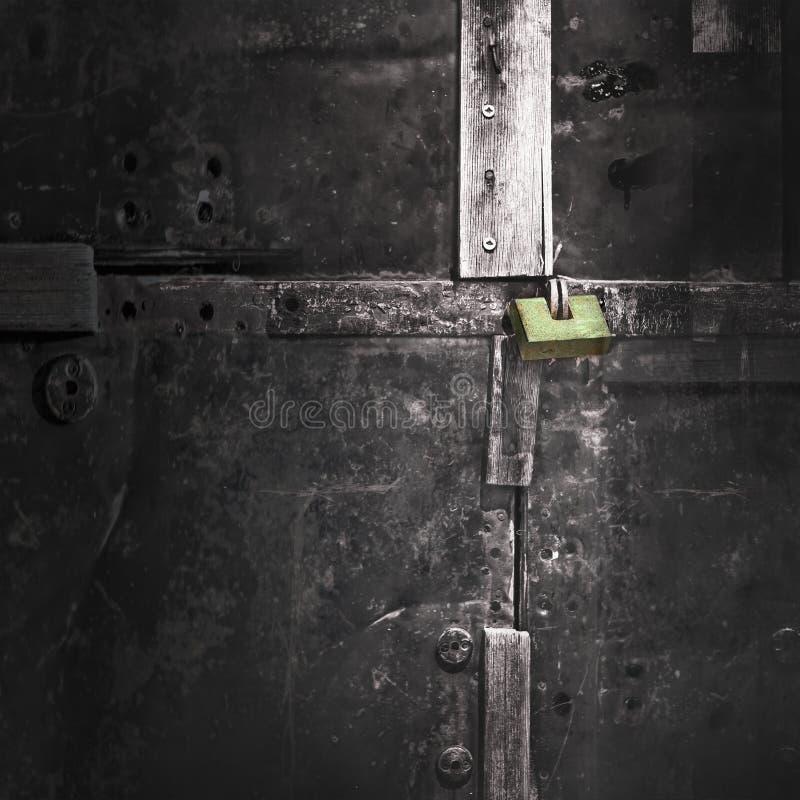 Grönt lås på gamla portar för en svart metall royaltyfri bild