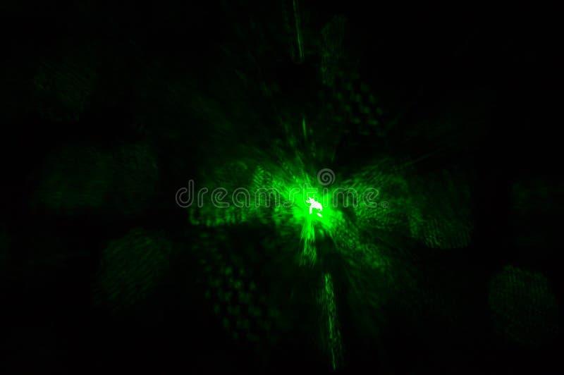 Grönt laser-ljus som glöder i mörkret i nattklubben royaltyfri foto