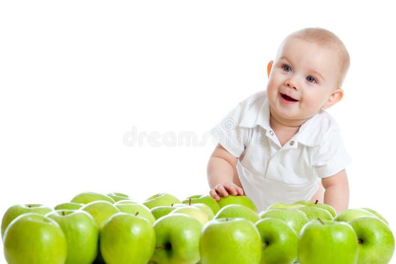 grönt le för äpplebarn arkivbilder