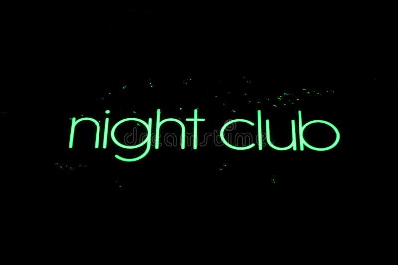Grönt nattklubbtecken på vit bakgrund royaltyfri fotografi