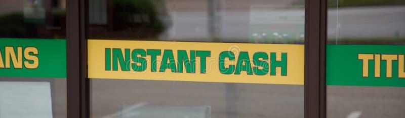 Grönt och gult ögonblickligt kontant tecken arkivfoton