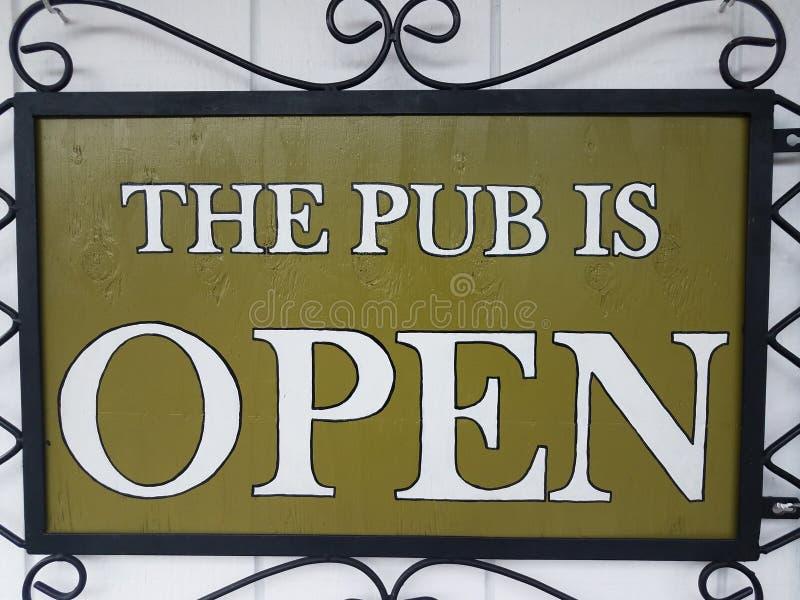 Grönt och vitt är baren det öppna tecknet royaltyfria foton