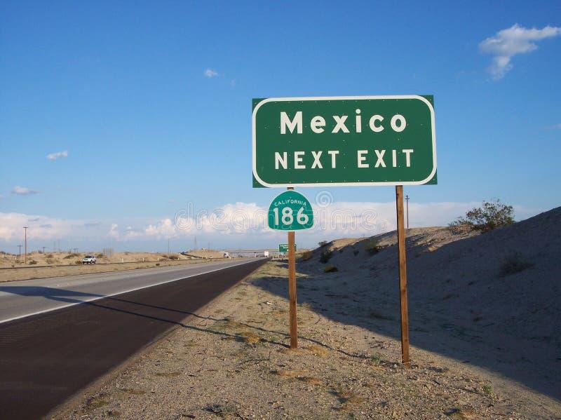 Grönt och vitt Mexico utgångsvägmärke arkivbilder