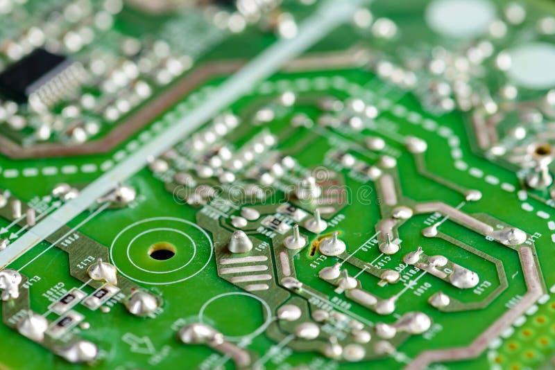 Grönt PCB-slut upp microcircuitmakroen, strömkretsbräde royaltyfri fotografi