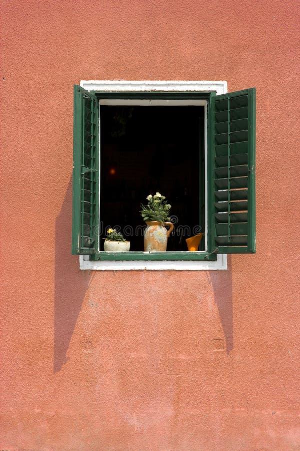 grönt rött fönster arkivbilder