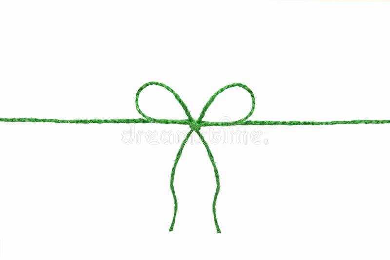 Grönt rep med en pilbåge i mitt som isoleras på en vit bakgrund arkivfoto