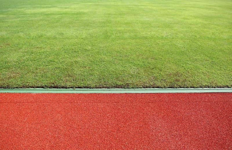 grönt running spår för fält royaltyfria foton