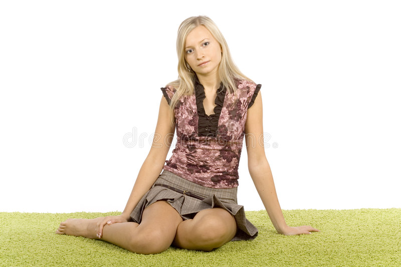 grönt sittande kvinnabarn för blond matta royaltyfria bilder