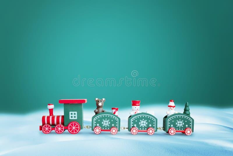 Grönt tåg i snö Kopiera blanksteg ovanför den gröna bakgrunden för hälsning av text royaltyfria bilder