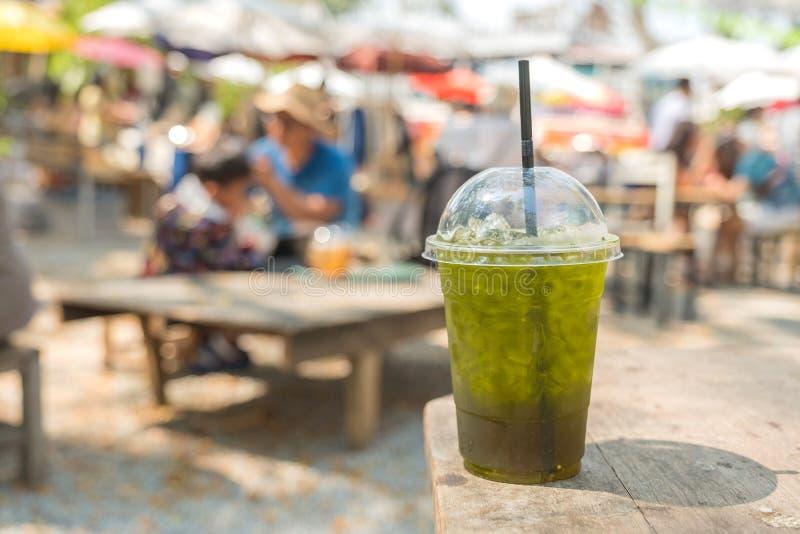 Grönt te för kall drink som är blandat med bergamoten på trätabellen arkivbilder