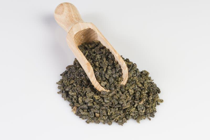 Grönt te för krut i skopa royaltyfria foton