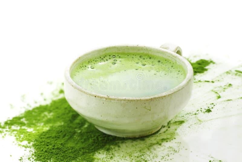 Grönt te för varm matcha i en kopp på en vit bakgrund arkivbilder