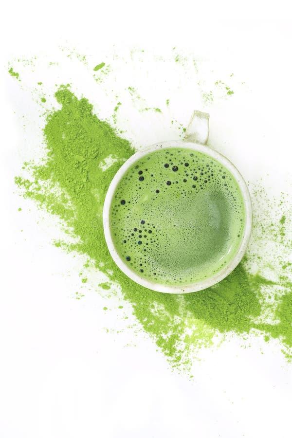 Grönt te för varm matcha i en kopp på en vit bakgrund royaltyfri foto