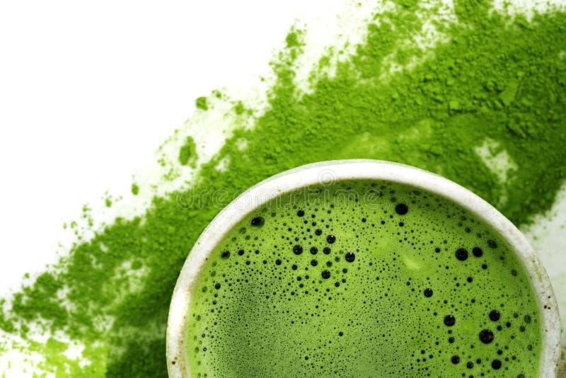 Grönt te för varm matcha i en kopp på en vit bakgrund arkivbild